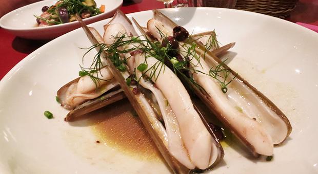 """Le verre volé - Coquillages """"couteaux de plongée"""", bouillon de cèpes secs, olives noires"""