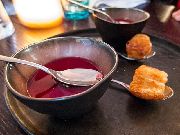 Neva cuisine - Panna cotta, crème de cassis, cannelle et chou feuilleté, confiture d'abricot