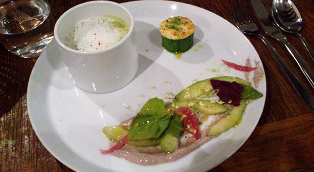 Semilla - Crème de courgettes, écume de jambon Salade de concombres, olives, pickles d'oignons rouges Croquette farcie poivron/ricotta