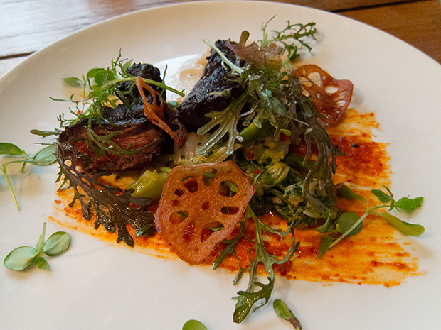 Pierre Sang - Atelier Gambey - Onglet Wagyu, ssamjang, chips de racine de lotus, pousses de moutarde, chou chinois, brocoletti