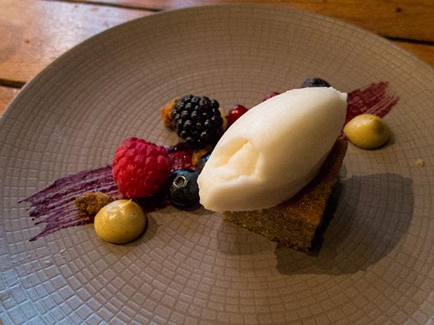 Pierre Sang - Atelier Gambey - Gâteau à la pistache, glace au yaourt et amandes, pistaches caramélisées, crème de pistache, fruits rouges