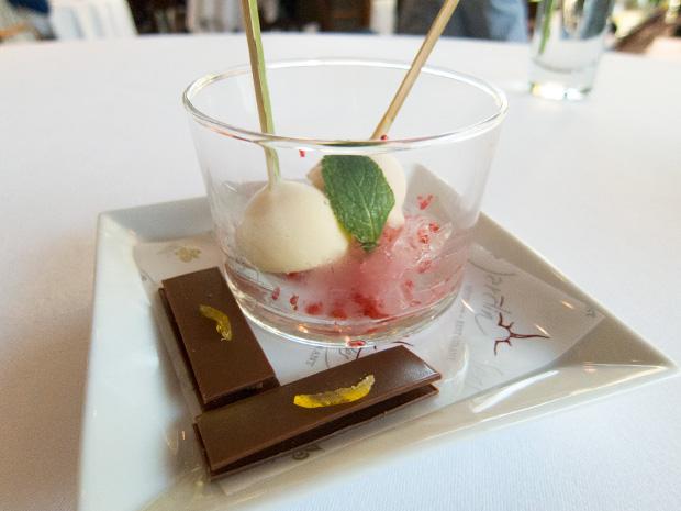 Le Jardin des Sens - Sucettes litchi chocolat blanc et chocolat au lait à l'écorce de citron confit