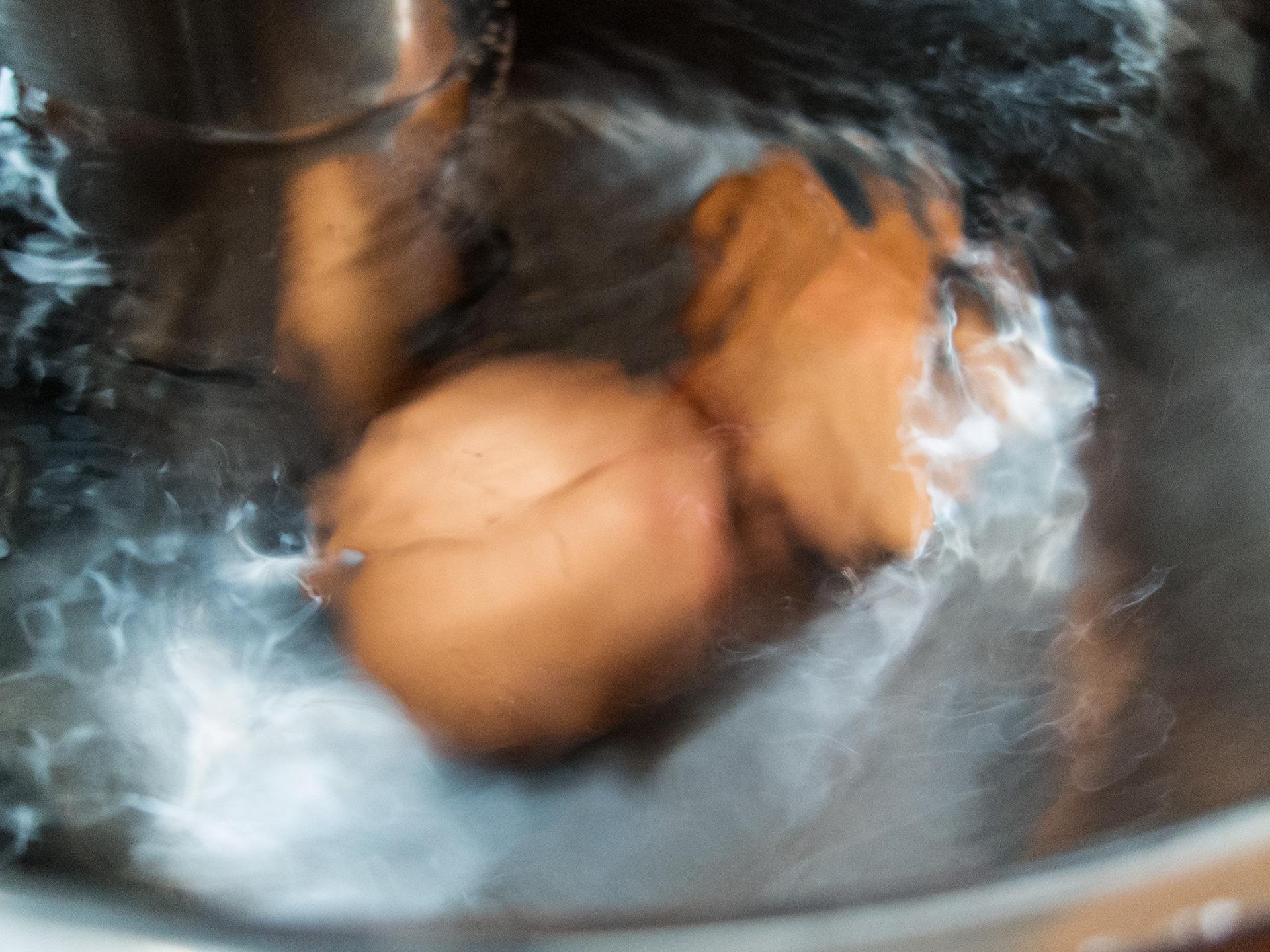 La cuisson (sous vide) à juste température - Comparaison d'un rôti de bœuf au four et cuit à juste température - Oeufs dans l'eau