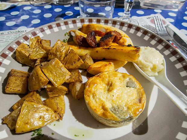 Halles et manger - Seiche, chorizo, pommes sautées, aïoli, flan aux courgettes et tomates