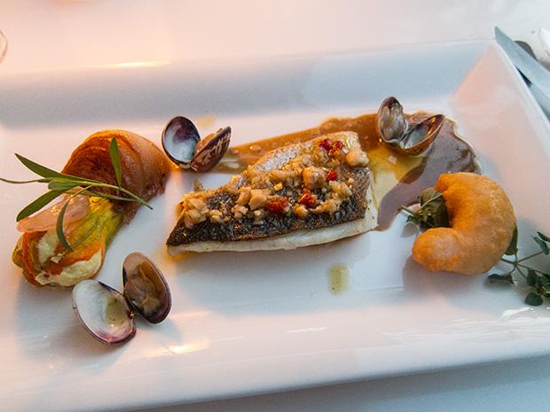 La Coquerie - Beignet de crevette, crevette crue, loup de mer cuit à basse température, fleur de courgette, palourdes, oignon confit, noisettes, fenouil, tomates.