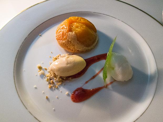 La Coquerie - Tarte aux abricots façon sablé, glace abricot/thé, fromage blanc fouetté.