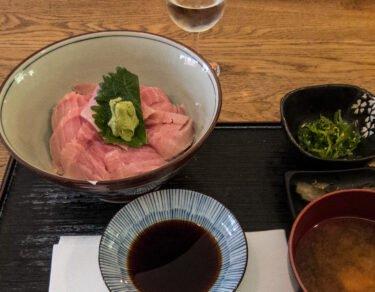 Issé Izakaya - Chutoro donburi, soupe miso, salade d'algues, tsukemono, saké
