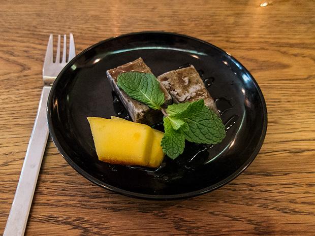 Issé Izakaya - Flan de sésame noir au coulis de sucre d'Okinawa